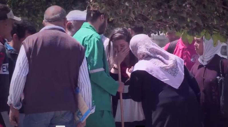 فتاة  تصرخ على خطيبها في الشارع بعد ان وجدته يعمل عامل نظافة -كميرا خفية- شاهد ردة فعل الجزائريين