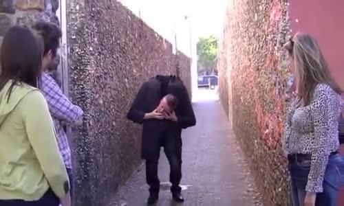 رجل يعطس فتنفصل رأسه عن جسمه (خدعة ظريفة )
