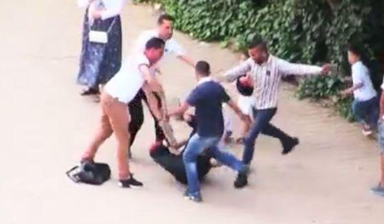 ردة فعل الجزائريين عند تعرض  فتاة للسرقة  السارق ضرب وكاد يقتل  - دزيري و فحل الحلقة 07
